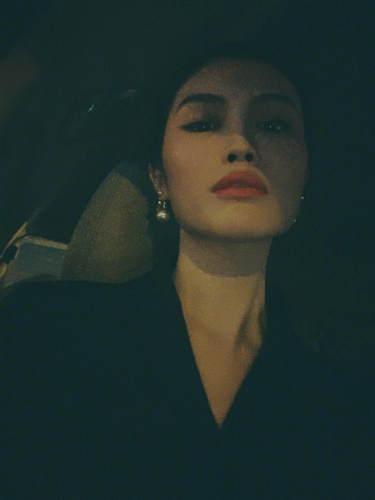 女王范!何穗晒车内自拍,颈部曲线玲珑表情冷峻