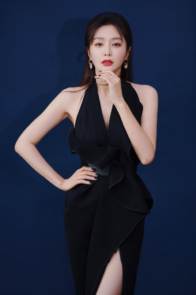 秦岚身穿黑色设计感晚礼服 小露香肩美背很美艳