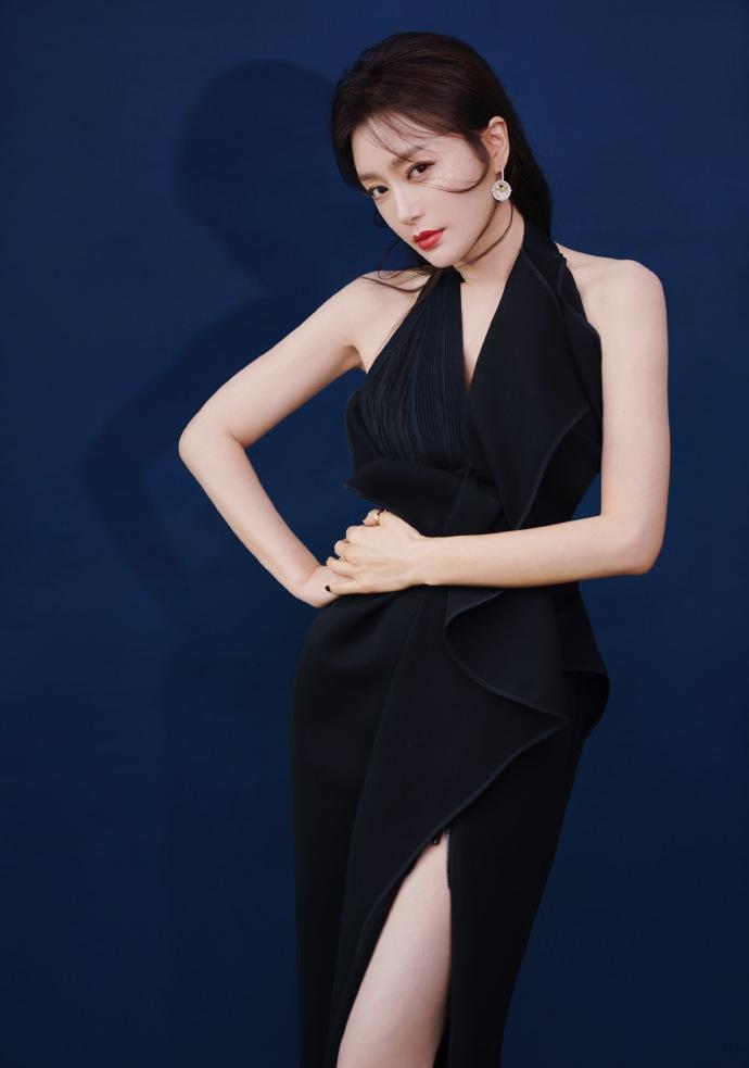 秦嵐身穿黑色設計感晚禮服 小露香肩美背很美艷