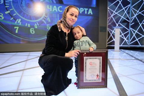 身高仅72厘米!俄罗斯最矮女孩萌翻全场
