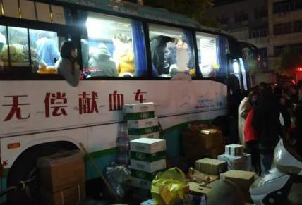 江苏盐城化工厂爆炸 街头排长队为伤员无偿献血