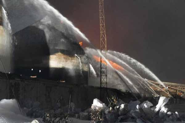 江苏盐城化工厂发生爆炸 消防员事故现场灭火
