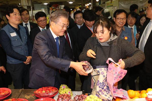 韩总统文在寅走访地方 买菜逗萌娃与市民亲切合影