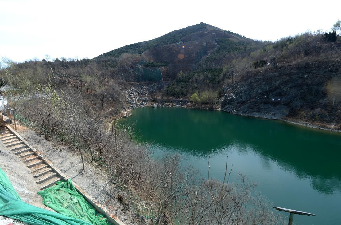 济南市区最大泉池禁止游泳 周边布满倒钩铁丝网