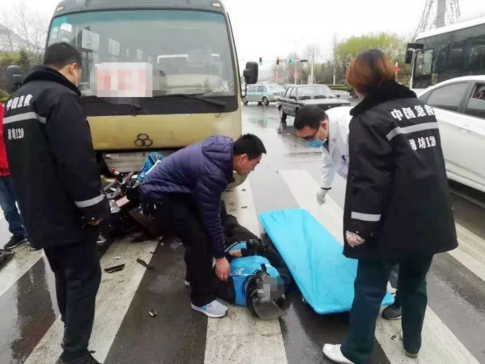 出警途中遇交通事故,山东潍坊警察蜀黍紧急救助