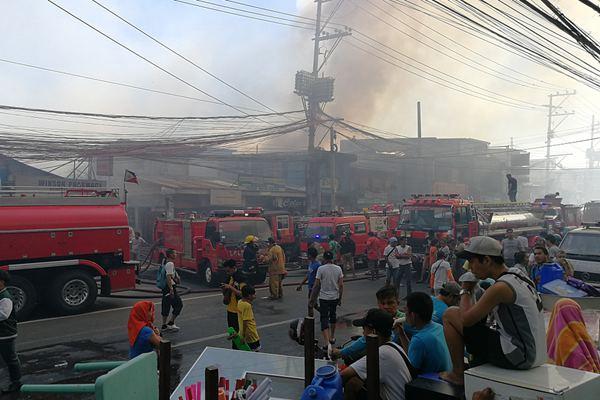 菲律宾一城市发生火灾 200多户房屋遭烧毁