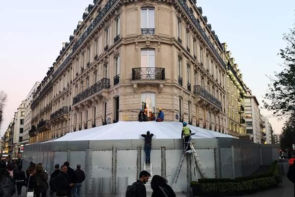 """又一轮""""黄背心""""示威将来袭 巴黎香街店铺装钢板防砸"""