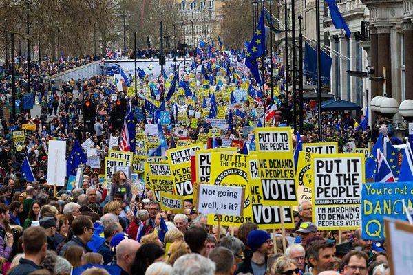 英国爆发大规模反脱欧游行示威 要求重新举行脱欧公投