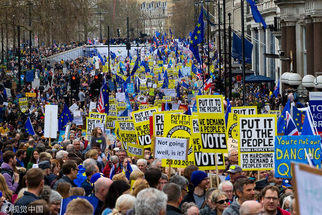 英国公民举行大规模游行示威 要求举行第二次脱欧公投