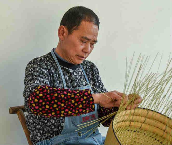 湖南湘西:缕缕竹丝编织致富梦