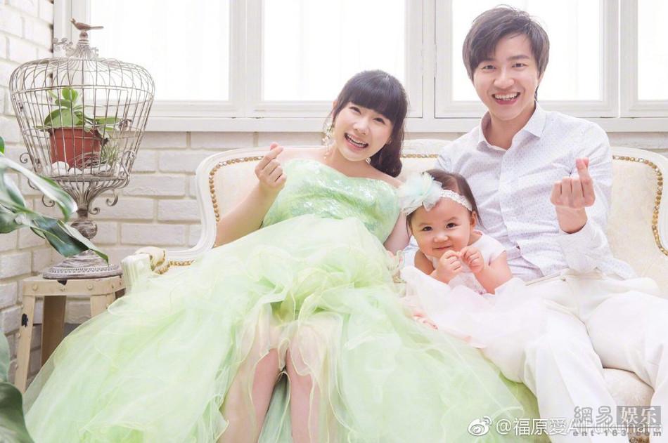 福原爱晒孕期全家福 和老公女儿比心超有爱