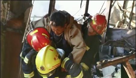 江苏响水爆炸事故现场 一名生还者被困40小时后