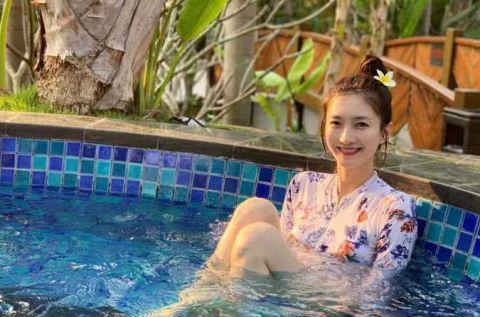 江疏影晒泳池戏水照,这次不秀身材秀美貌