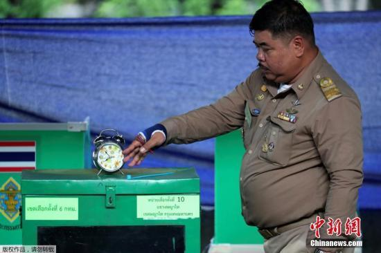 泰国今迎大选:民众早起排队投票 警员维持秩序