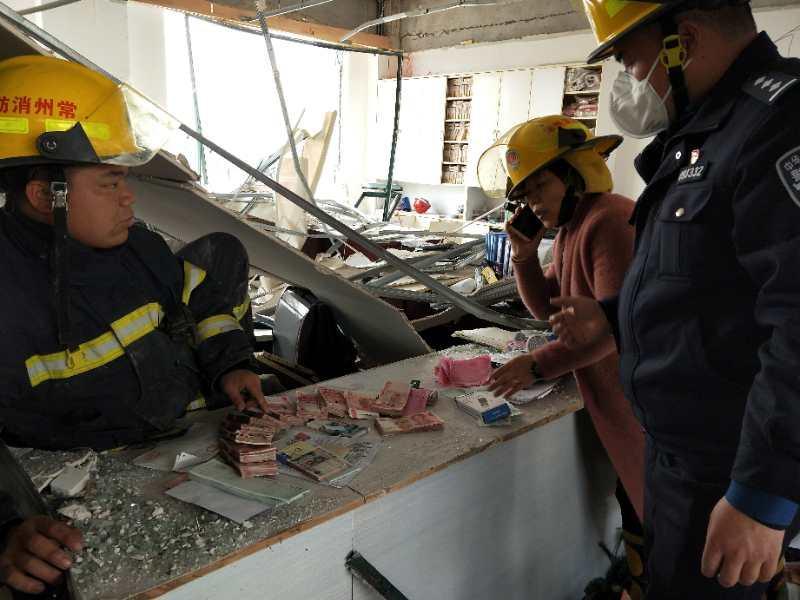 响水爆炸事故:消防员现场协助找回14万现金等物品
