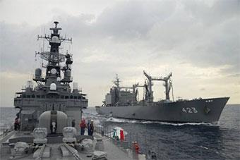 日本反海盗护航舰队在亚丁湾进行海上补给