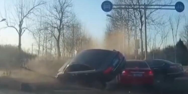 北京一辆轿车跨过隔离带 撞上正常行驶四辆车