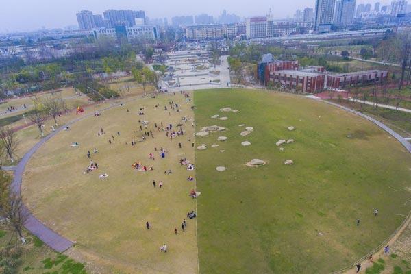 湖北襄阳一公园草坪呈现不同色彩