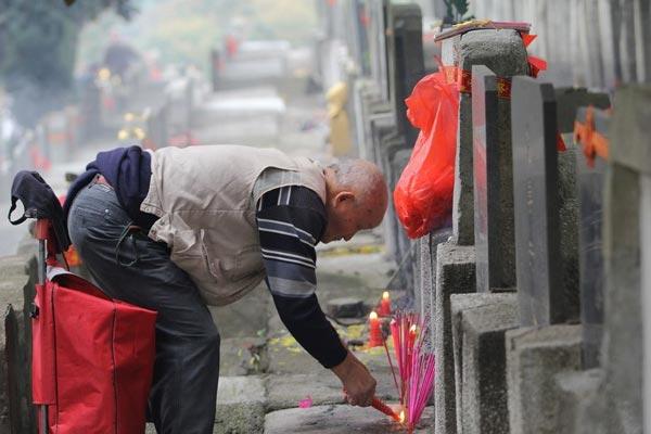 武汉现清明祭扫小高峰