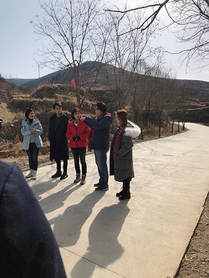 刘涛王凯录制《我们在行动》 体验农活超接地气