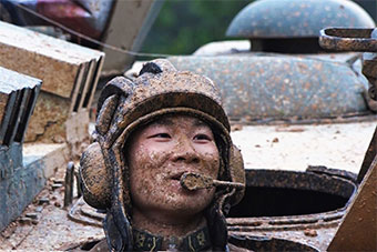 """开装甲车一时爽 过个泥坑瞬间成""""泥塑"""""""