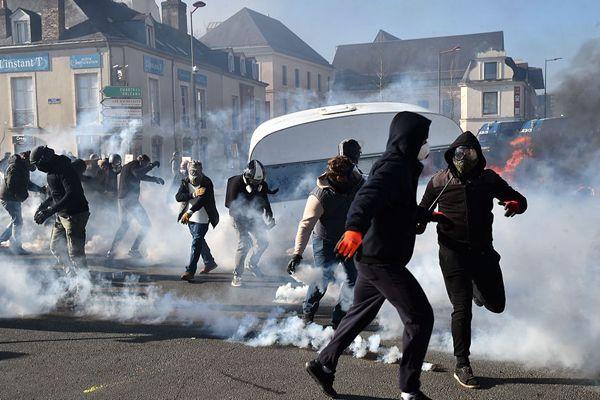法国工人举行示威与防暴警察激烈冲突 现场浓烟弥漫