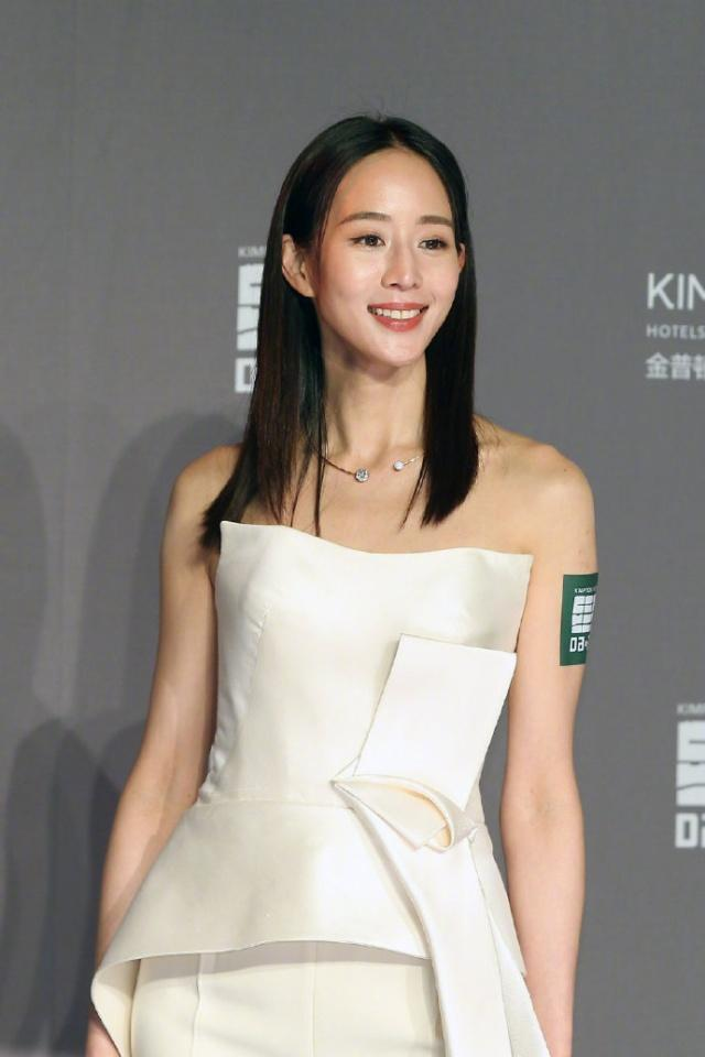 被36岁张钧甯惊艳到了,穿白色抹胸套装美得出众,时髦又有个性