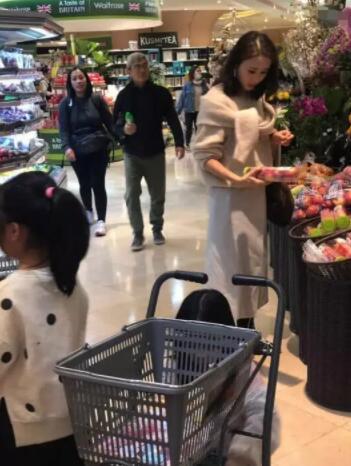 """黎姿带女儿逛超市被偶遇 生图获赞""""颜值回春"""""""