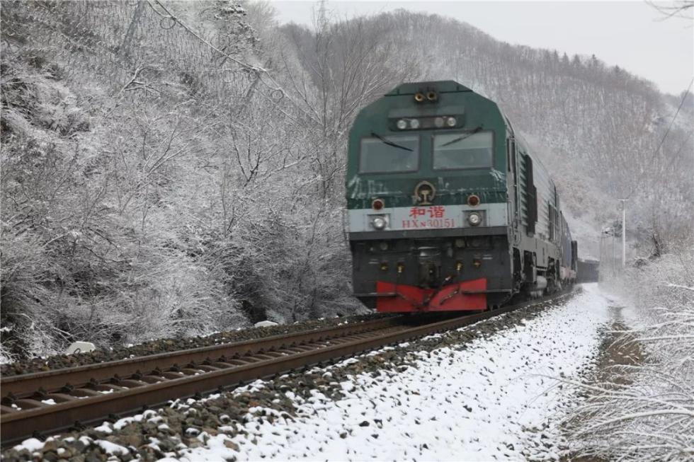 """大雪突降,铁路""""拆弹部队""""紧急出动"""