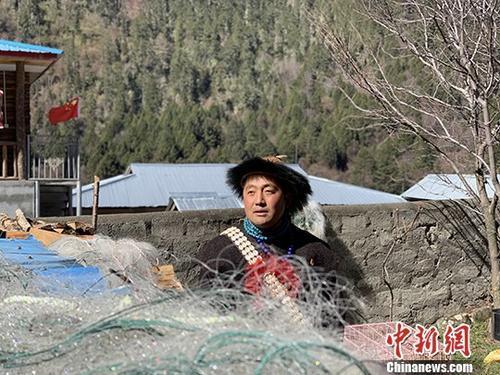 """西藏珞巴族青年达娃解""""旧愁""""、排""""新忧"""""""