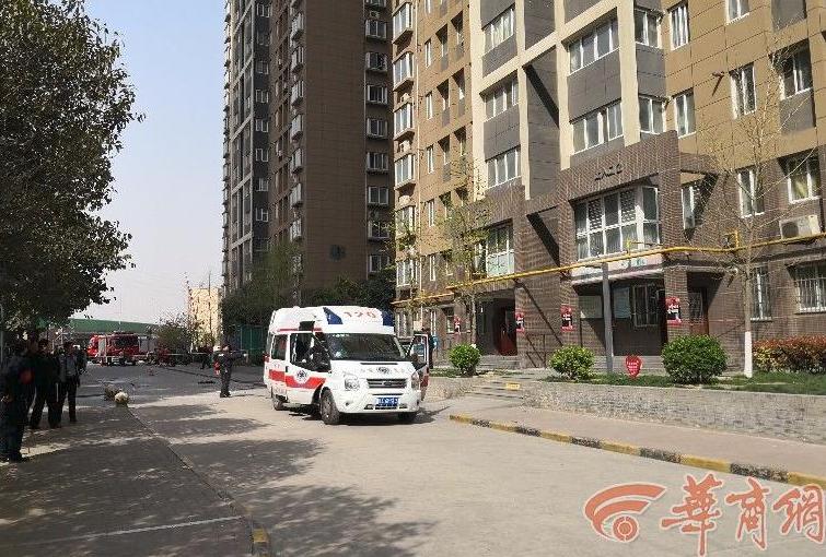 西安小区闪爆现场一名死者被抬出 救援进行中