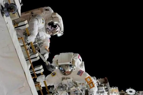 宇航员进行太空行走为国际空间站更换电池
