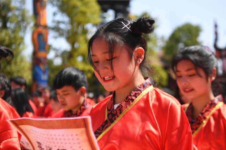 湖南200余位高中生身着古装参加成人礼