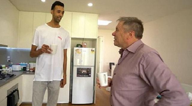 澳2.23米高男子找不到配偶被非议