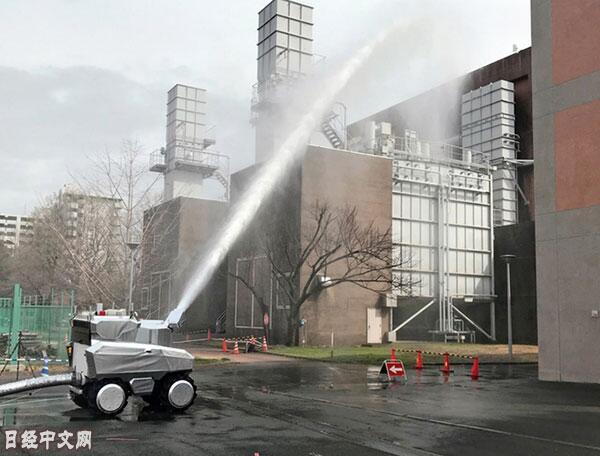 """机器人""""消防战队""""来了 日本展示机器人消防系统"""
