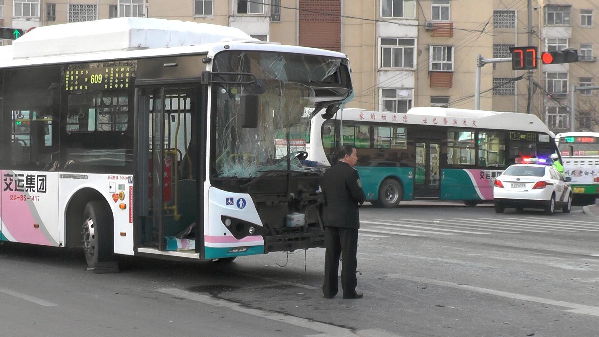 惊险!山东青岛消防车撞公交车,两车车头撞烂,有人受伤