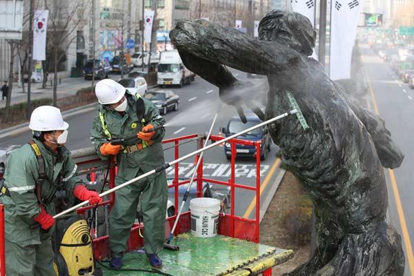 """韩国首尔春季大清洗 为奥运会纪念雕塑""""搓澡"""""""