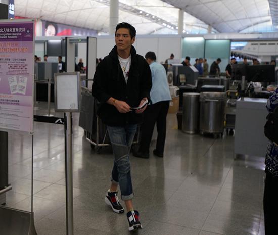 向佐现身香港机场 休闲装扮帅气清爽