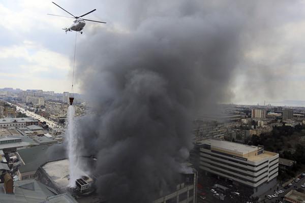 阿塞拜疆首都一市场发生火灾 直升飞机空中洒水救火