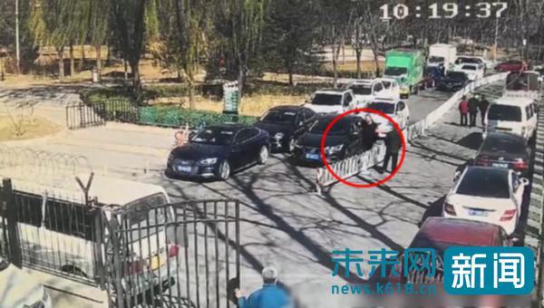 非法收取赏樱游客停车费日赚千元 3名假收费员当场被抓