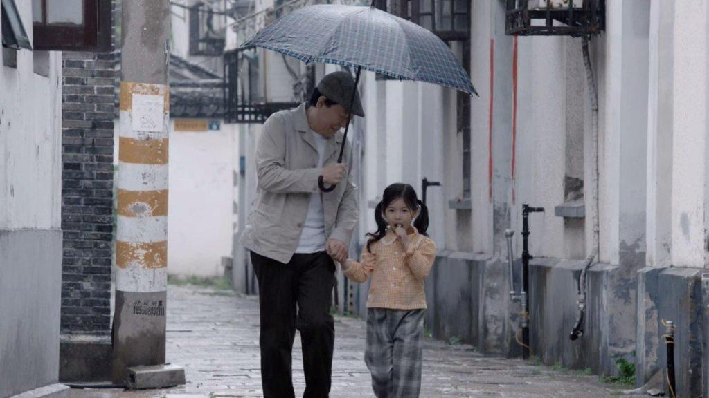 59岁倪大红好欢腾,与好友聚餐,一边敲筷子一边唱《老鼠爱大米》