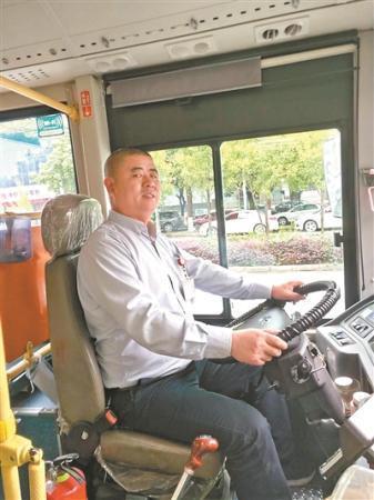 """公交司机坚持抱残疾乘客上下车 调侃称""""老婆吃醋了"""""""