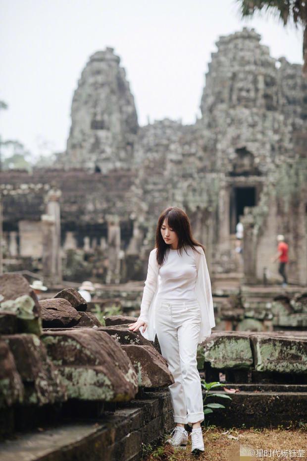 47岁杨钰莹柬埔寨旅行 白衣飘逸回眸一笑美丽动人