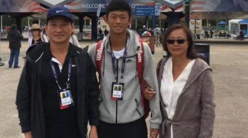 """美媒:美华裔网球小将高中自学上哈佛 笑称有""""虎爸虎妈"""""""