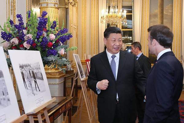 习近平同法国总统马克龙参观图片展