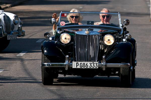 英国查尔斯王子夫妇继续古巴访问之旅 亲自试驾老爷车