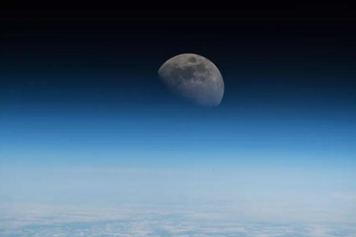 美副总统称美国要在2024年重返月球 专家:空谈