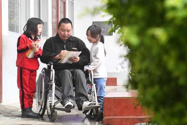 """图片故事:""""轮椅教师""""的大山坚守"""