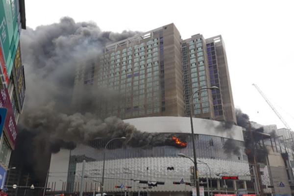 韩国一乐天商城施工现场起火 浓烟弥漫遮天蔽日