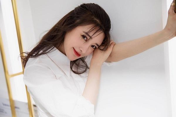 张璇受邀看秀释放轻熟魅力,简约搭配彰显臻纯自我